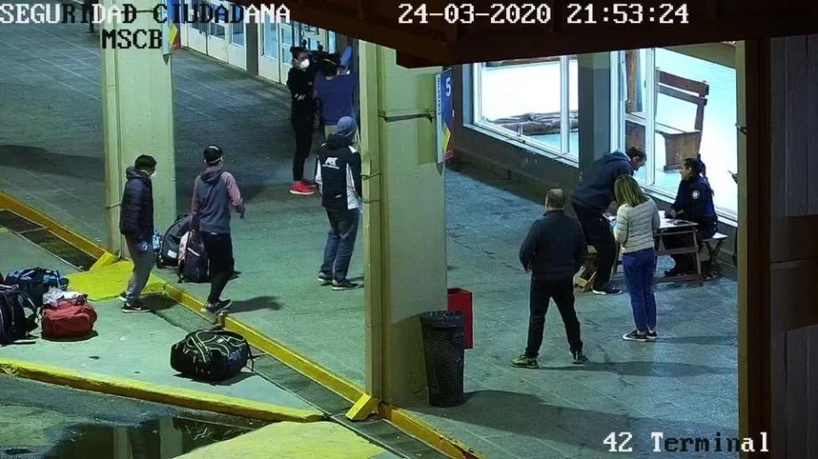 Anoche llegó un colectivo con pasajeros repatriados de Bariloche y la región cordillerana. Gentileza