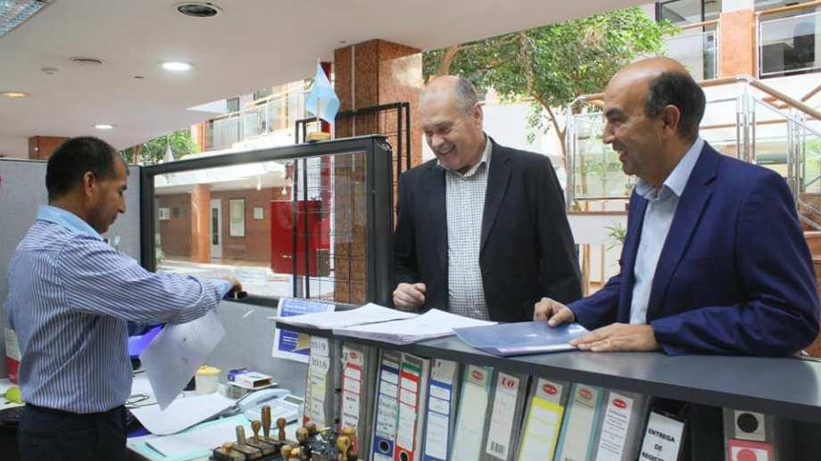 Los concejales mario Lara y Marcelo Bermúdez entregaron el proyecto en el Deliberante neuquino. Foto: Gentileza