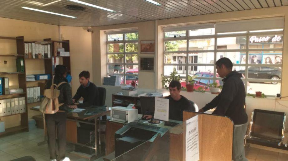 Los afiliados se volcaron masivamente a las oficinas de UPCN, en Viedma: (foto: gentileza)