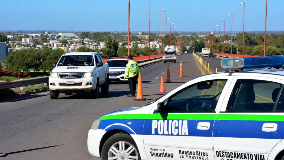 Los controles diarios en el puente Basilio Villarino. Foto: Marcelo Ochoa