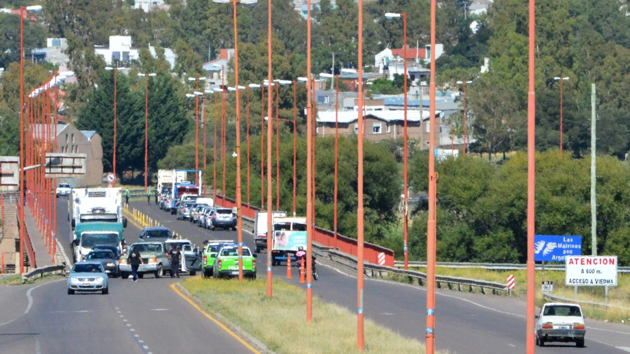 El puente Basilio Villarino es la única vía de comunicación entre Viedma y Patagones. Foto: Marceo Ochoa.