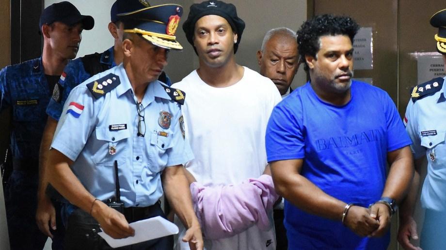 Ronaldinho está detenido en Paraguay por ingresar al país con documentos falsos.