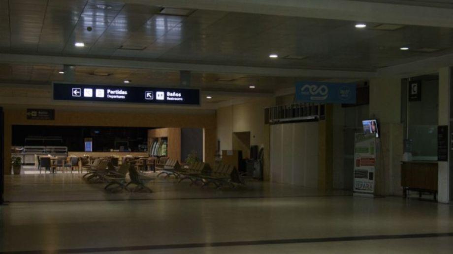 El hall principal del aeropuerto este domingo (Foto: Marcelo Martínez)