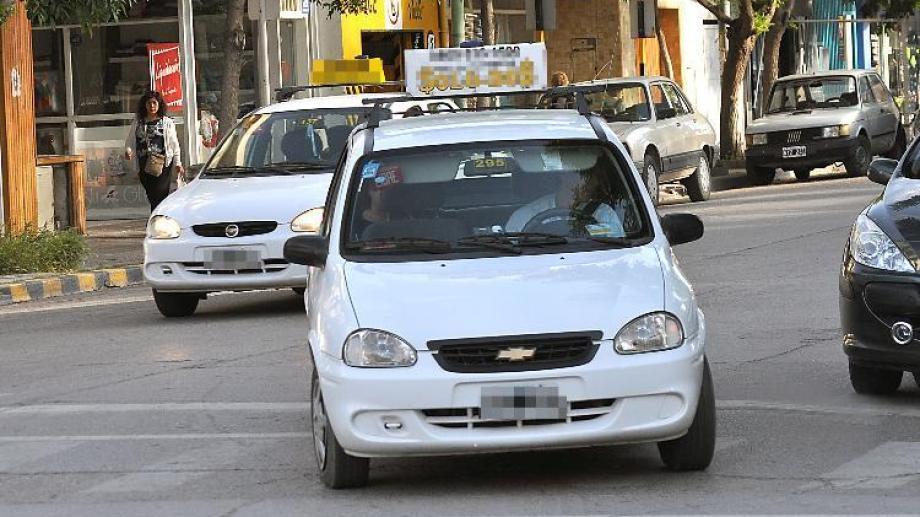 Los taxistas de Cipolletti preocupados por la baja actividad en cuarentena. (Foto archivo)