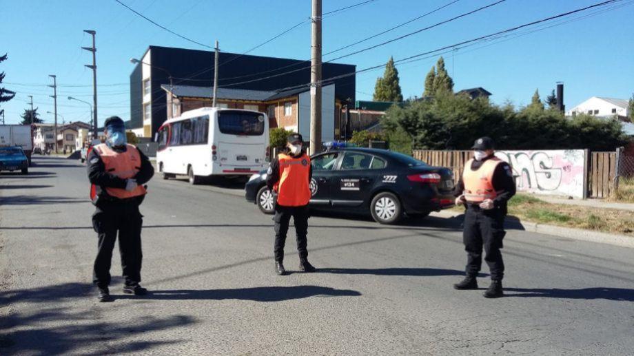 La PSA corta el tránsito y controla quienes llegan al banco Nación de la calle Anasagasti de Bariloche.