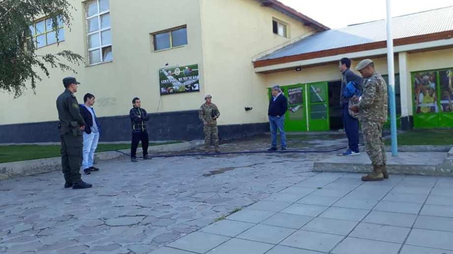 El comité de emergencias y el Ejército reunidos el 31 de marzo, cuando el pueblo se preparaba para asistir contagios. (Gentileza).-