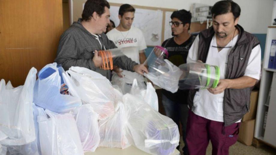 Esta semana, los voluntarios entregaron máscaras 3D al hospital Ramón Carrillo. Foto: Alfredo Leiva