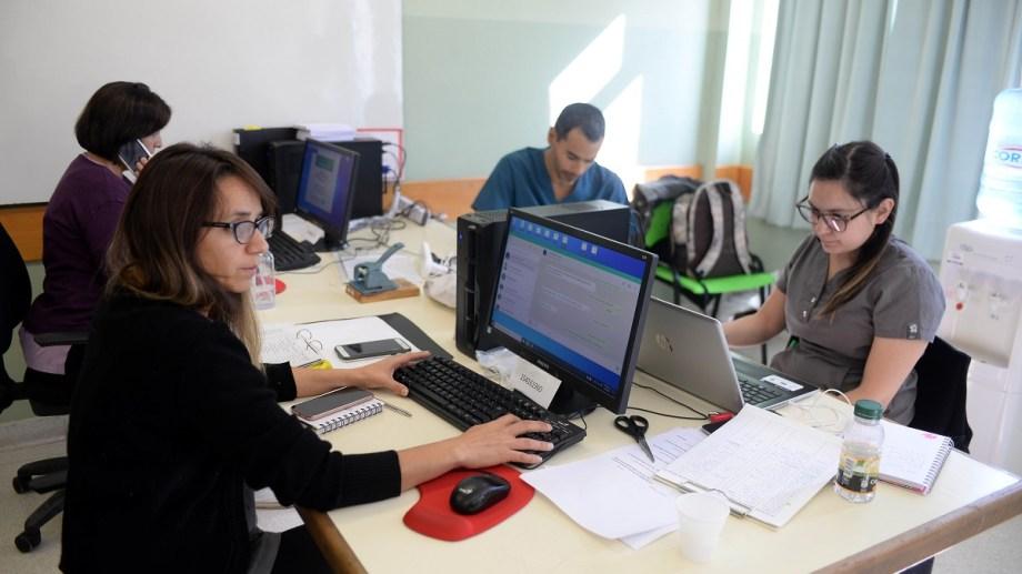 Con el sistema de telemedicina del hospital Ramón Carrillo atienden administrativos y médicos despejan dudas. Foto: Alfredo Leiva