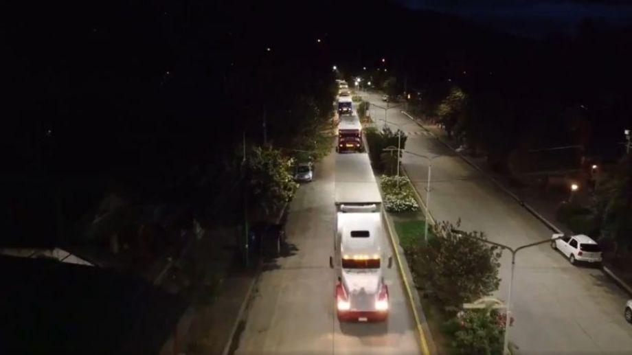 Los camiones internacionales circulan de noche por la localidad. Foto: Captura de video.