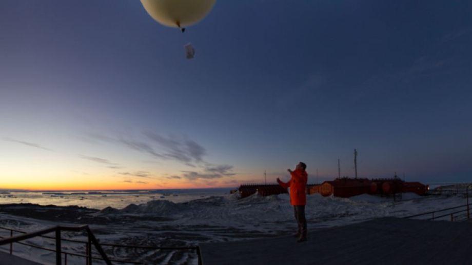 Martín lanza una ozono sonda. La transporta un globo inflado con gas y los datos que arrojan esas mediciones son el primer paso de la cadena de las investigaciones científicas sobre el cambio climático y la capa de ozono, entre otros proyectos.