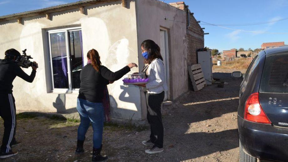 La mamá de Joaquín sale a recibir la torta y los obsequios que recibió el pequeño en su cumpleaños. (foto: gentileza).
