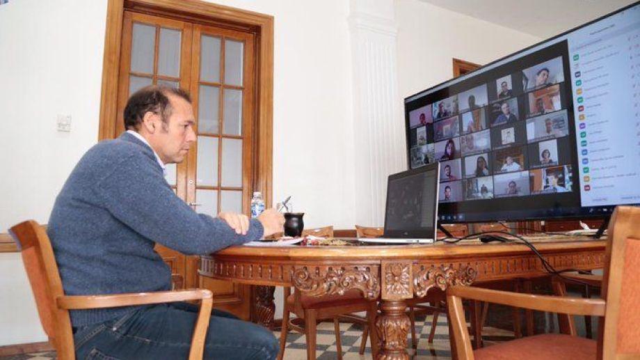 El gobernador Omar Gutiérrez en teleconferencia. Foto: Twitter @OmarGutierrezOk