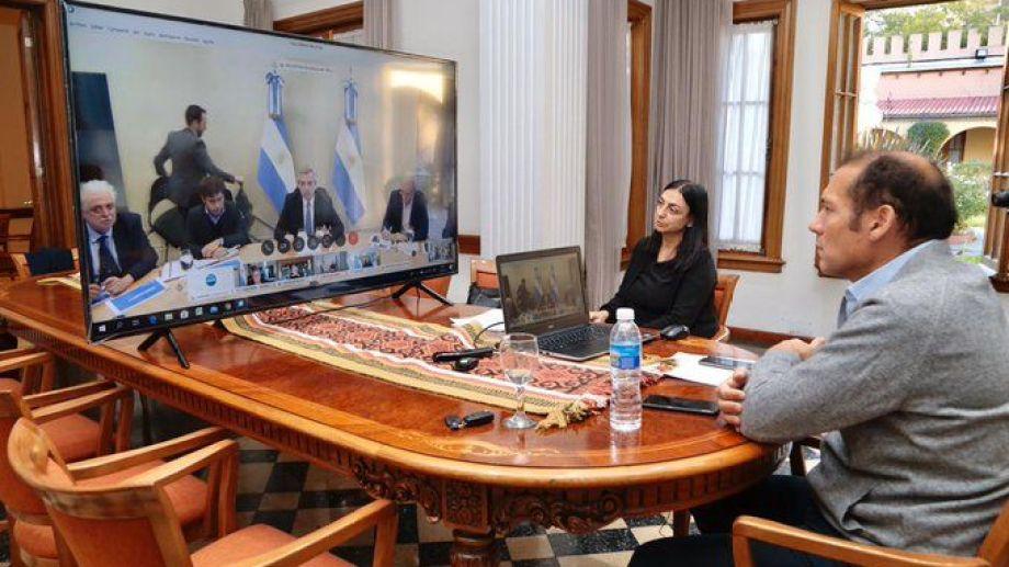 El gobernador Omar Gutiérrez mostró en redes sociales cómo se desarrolla la charla. Foto: gentileza prensa  provincial.-