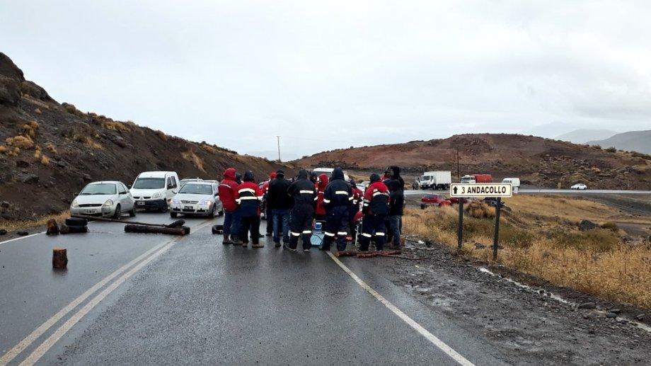 Los mineros cortaron el acceso a Andacollo desde ayer. (Gentileza  @NicoFuentes14).-
