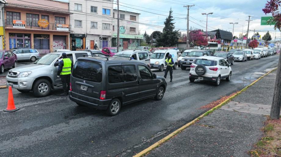 Uno de los sospechosos intentó escapar en un vehículo por la avenida 12 de Octubre de Bariloche y lo interceptaron en una rotonda del Ñireco. (Foto de archivo de Alfredo Leiva)