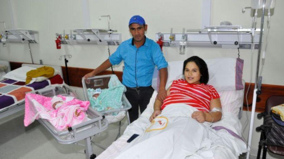 La mamá Yaela y el papá Juan Lleiful permanecen junto a Samara y Abel en la sala de pediatría del hospital de Jacobacci (Foto: José Mellado)
