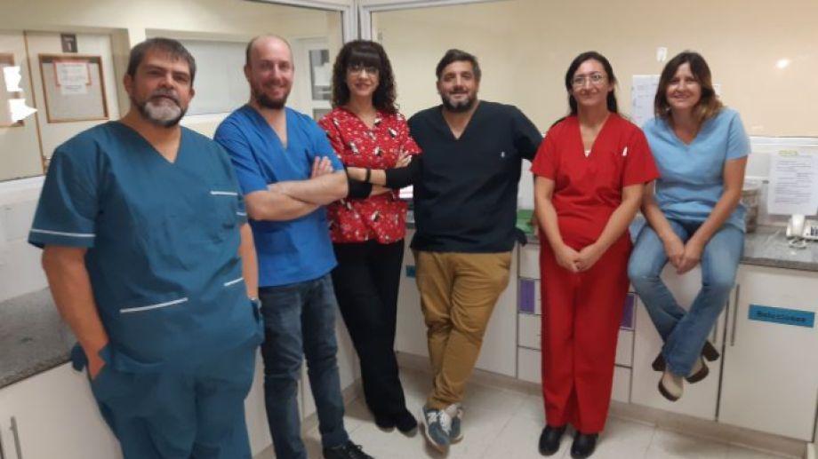 Parte del equipo médico que asistió a Yaela en el nacimiento de Samara  y Abel.   De izquierda a derecha Marcelo Sánchez  (Ginecólogo),  Fabio Kolasinsky (Ginecólogo), Alejandra Benítez (Ostetra), Esteban Grandicelli (Pediatra), Laura García (Pediatra) y  Laura Ameri  (Obstetra). Foto: José Mellado