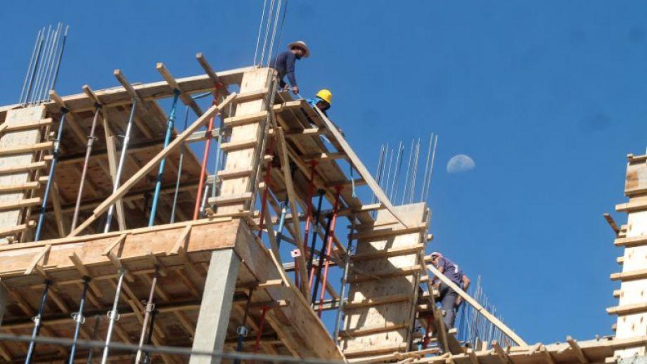 A partir de hoy  se puede pedir permiso para retomar una construcción, pero no reiniciar la obra. (Archivo)