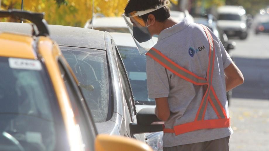 Desde el 13 de julio se ampliará la zona de pago del estacionamiento medido en Neuquén capital. (Archivo Oscar Livera).-