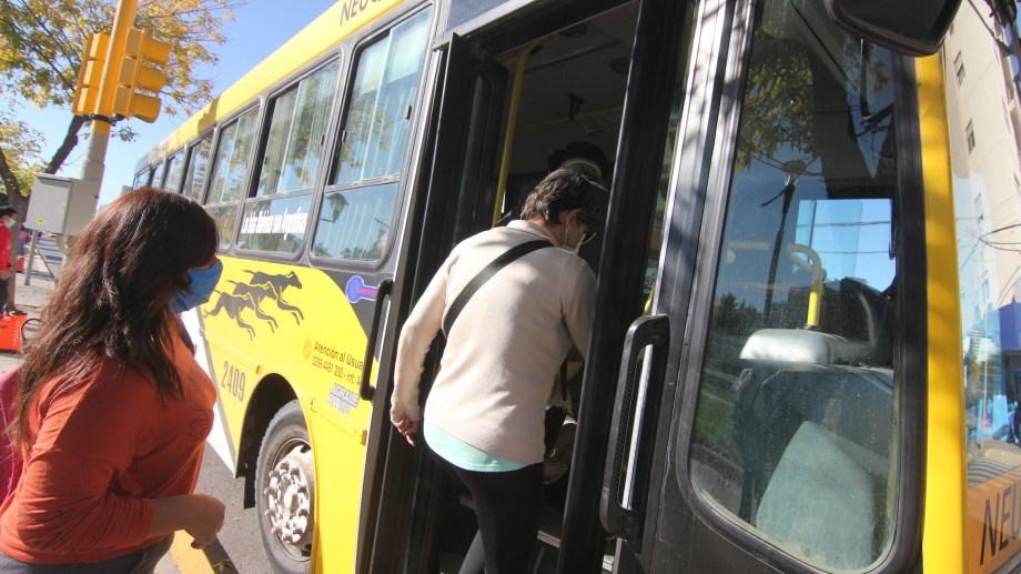 Los colectivos de Neuquén cambiaron los recorridos, por el bloqueo en la avenida. Foto: Oscar Livera