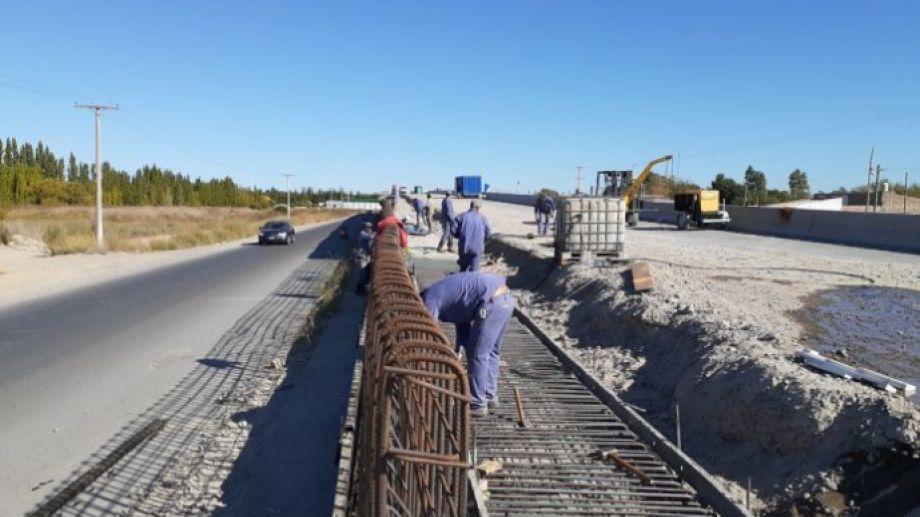 En el puente elevado de la ruta 22 que se construye en Godoy, el movimiento de operarios es constante. (Foto Néstor Salas)