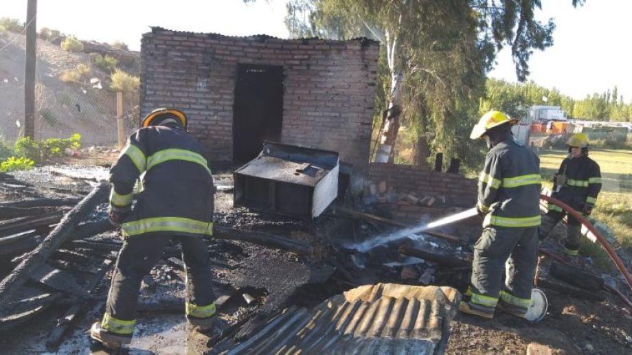 Un incendio en Centenario, en inmediaciones a Vista Alegre, sobre Ruta 7, provocó pérdidas totales en una vivienda. (Foto: Gentileza).