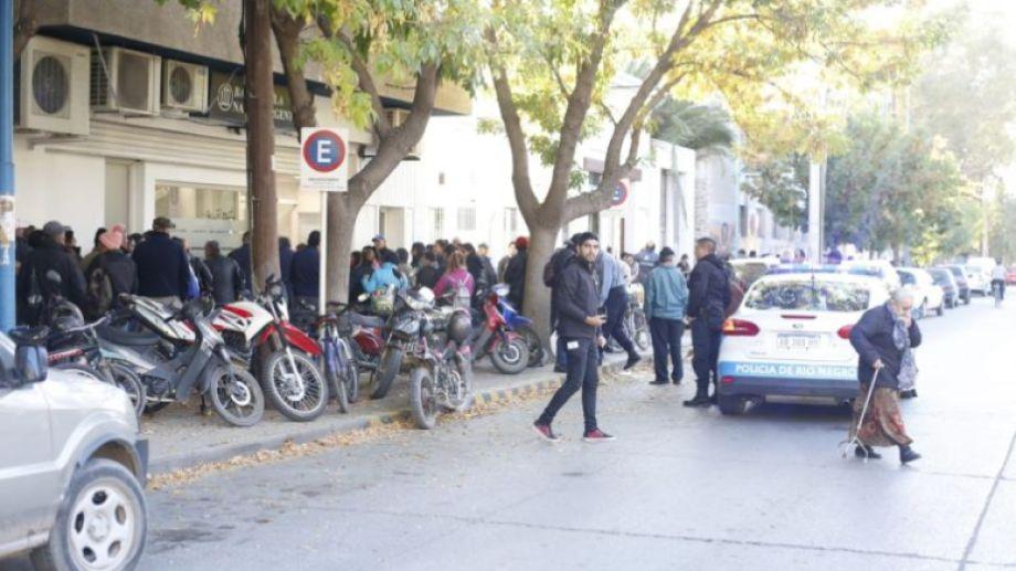 Las largas y aglomeradas filas son el escenario que se repitió en todos los bancos del país. (Juan Thomes).-