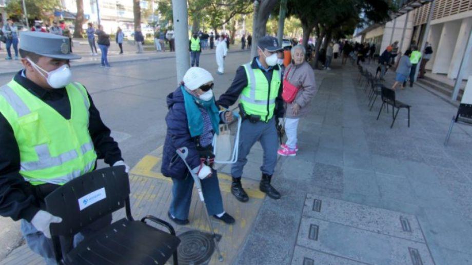 Una señora se descompuso haciendo la fila para entrar al banco y fue asistida por la policía. (Oscar Livera).-