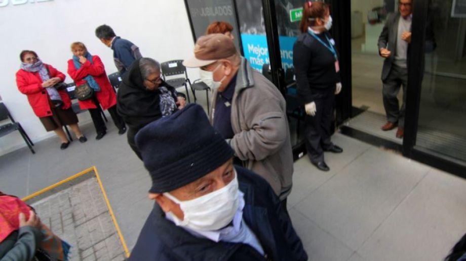 Esta mañana se registraron largas filas en los bancos de Neuquén. (Oscar Livera).-