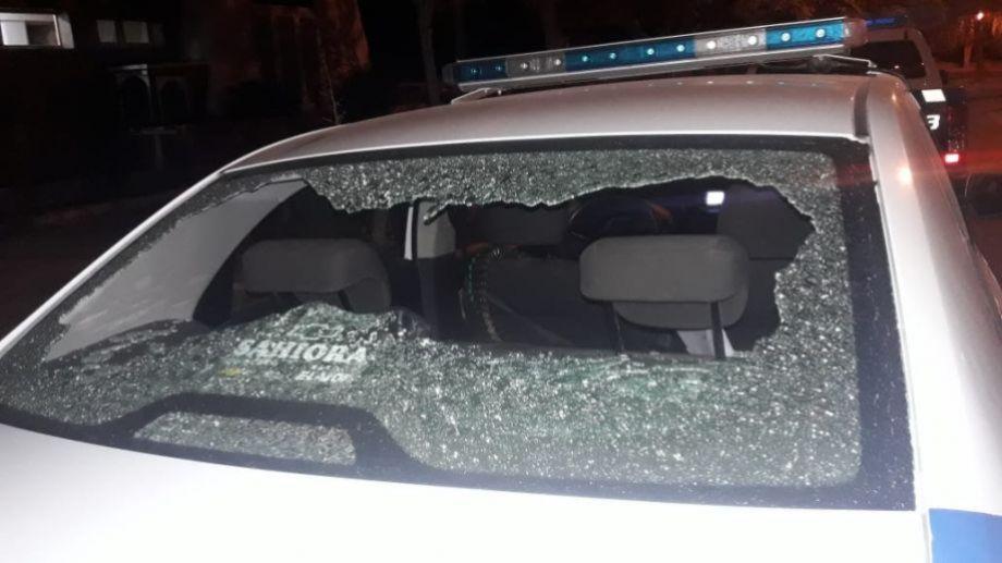 Un grupo de vecinos echó a la policía del barrio Huemul a piedrazos. Los efectivos habían asistido a verificar un robo en una de las viviendas. (Foto: Centenario.)