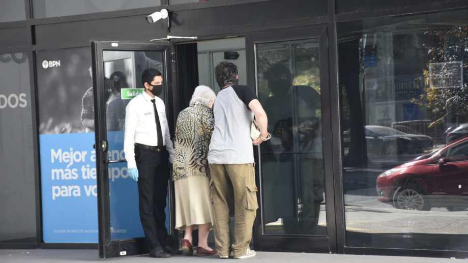 Mañana comenzará el cronograma de pago de salarios en Neuquén. (Archivo Florencia Salto).-