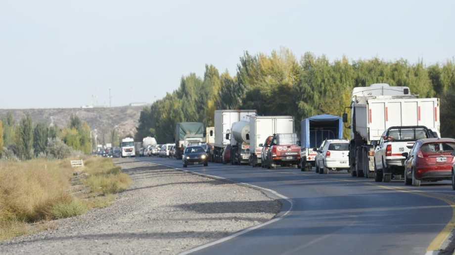 Las filas en el Tercer Puente superaban los cuatro kilómetros de largo esta mañana. (Florencia Salto).-