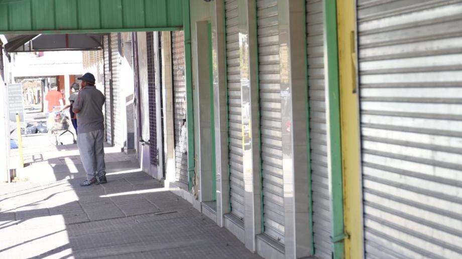 Comerciantes de Centenario reclaman que se deje sin efecto la disposición Provincial que prohíbe la circulación en vehículos después de las 18.