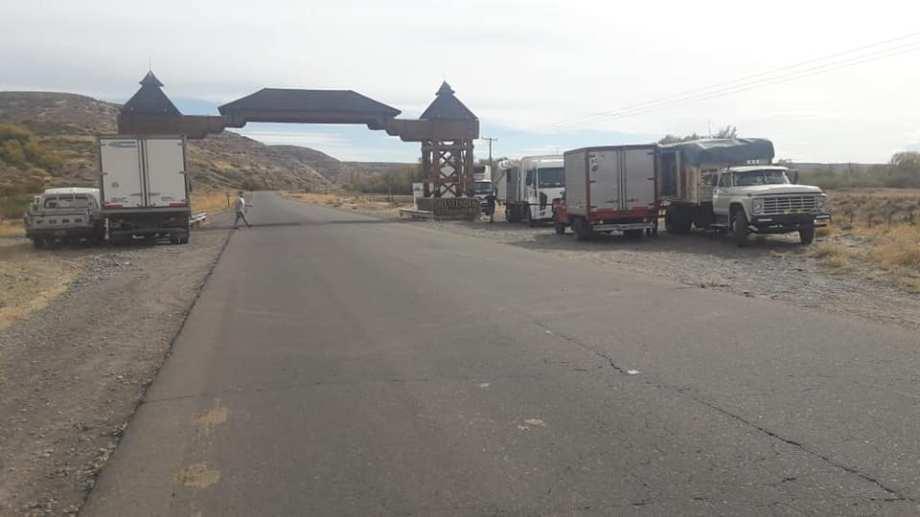 La localidad impide el abastecimiento directo y deben hacerlo en el arco de ingreso. Foto Municipalidad de Loncopué