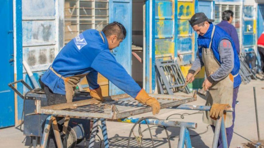 El municipio local convocó a dos metalúrgicos y cinco pintores para poner en condiciones las camas enviadas por el Ejército.