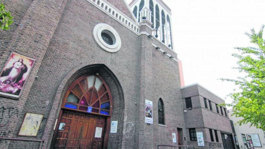 La catedral de Neuquén en silencio. Será una Semana Santa diferente para la comunidad católica. (FOTO: Oscar Livera)