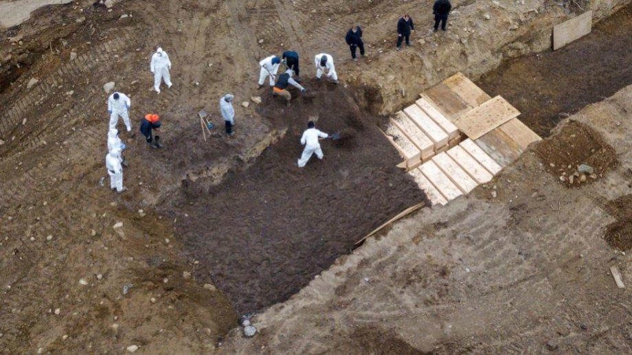 Los cadáveres se acumulan por cientos y los cementerios se vieron superados. Ahora, comenzaron a trasladarlos a la isla. (fotos: AP)