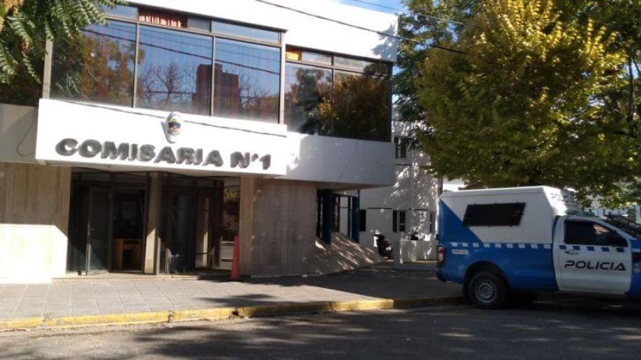 A la víctima del atraco le pidieron que haga la denuncia en la comisaría de Mendoza y Ministro Gonzalez. Foto Yamil Regules