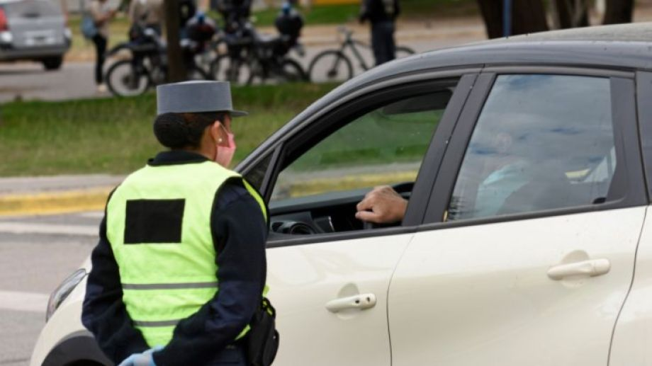 Los salvoconductos son exigidos en los controles vehiculares en las rutas. (Foto: Florencia Salto)