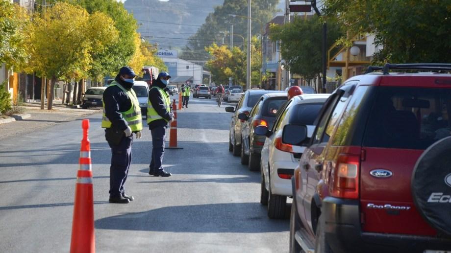 Desde el lunes la policía verificará los DNI de quienes salgan a comprar en Regina. (Foto Néstor Salas)
