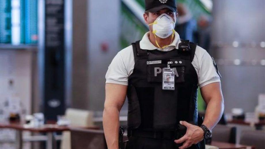 El personal policial se mantiene en las calles, para controlar el cumplimiento del aislamiento.-