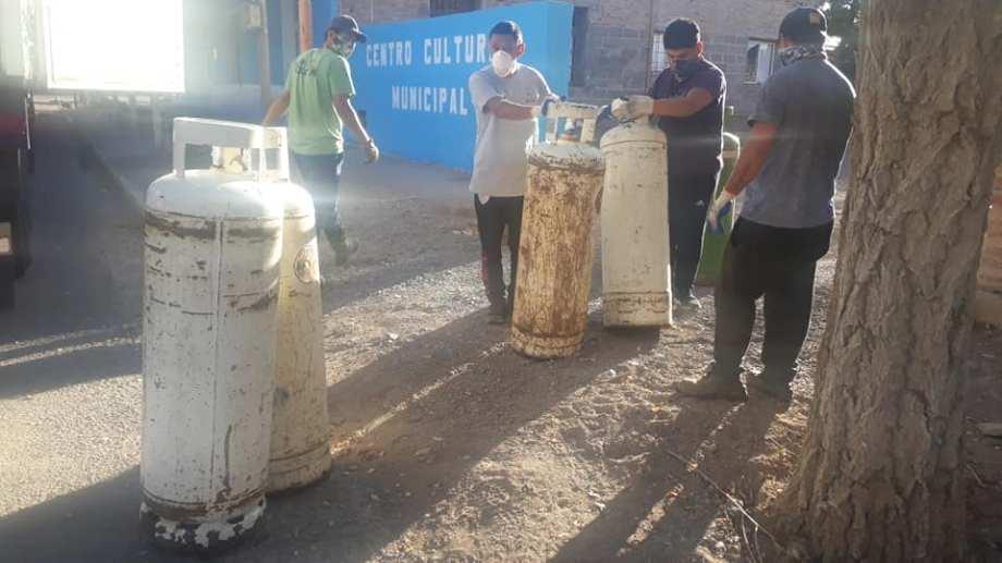 Los vecinos reciben gas envasado en cilindros de 45 kilos y garrafas de 10 kilos. (Foto: gentileza).
