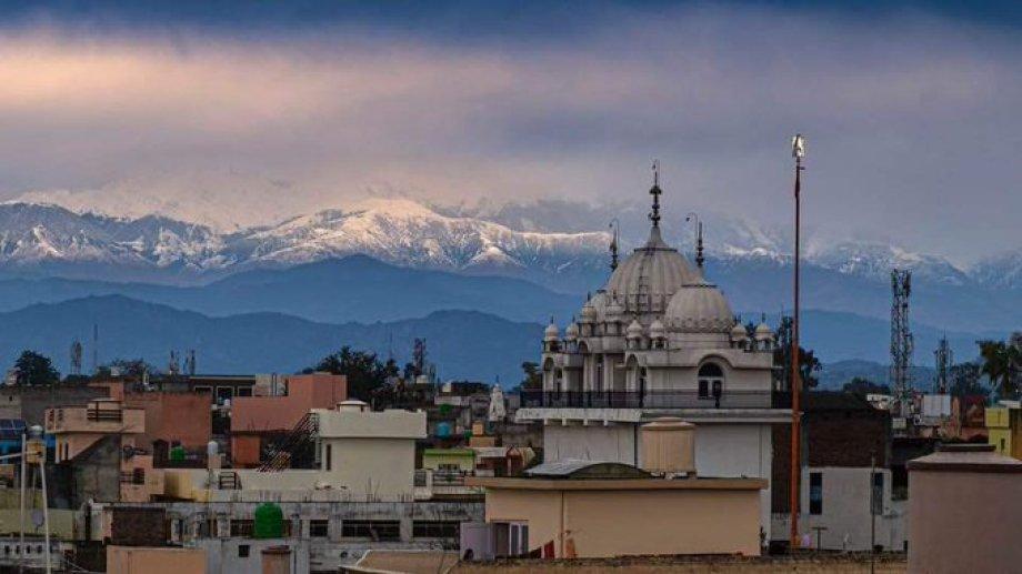 El Himalaya en el horizonte, un espectáculo desconocido para millones de indios hasta estos días sin smog. @muhammadlila