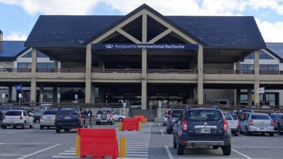 El estacionamiento de la terminal aérea de Bariloche recibió decenas de vehículos con personas que fueron a recibir a sus familiares y amigos.  (Foto Archivo)