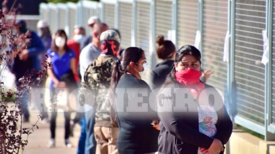 En la sucursal del Banco Provincia de Neuquén de Loncopué se formaron largas filas para cobrar. (Gentileza)