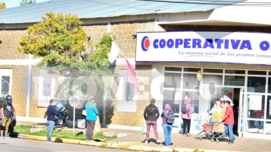 Los vecinos compran provisiones a horas del cierre total de los comercios en Loncopué. (Gentileza José Cayún)