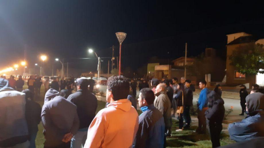 Vecinos se movilizaron durante la noche del martes en Los Menucos para exigir el esclarecimiento del caso. (foto: gentileza)