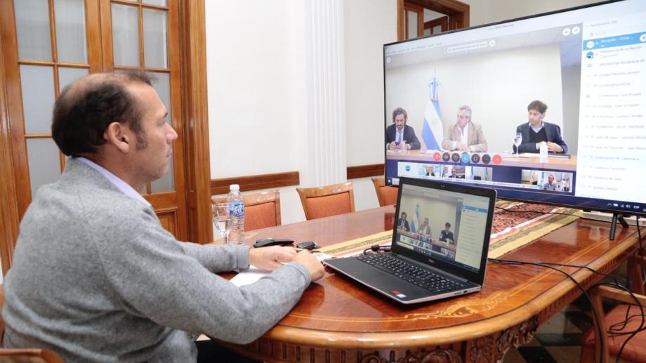 El gobernador vienen manteniendo reuniones por videoconferencia. Días atrás estuvo en una llamada con el presidente Fernández.