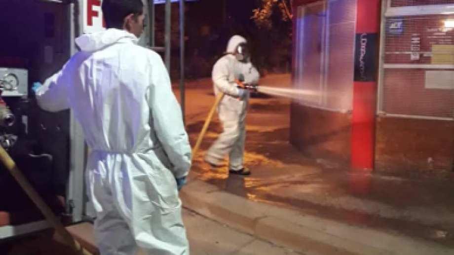Municipales en plena tarea de desinfección de locales. Foto: gentileza.