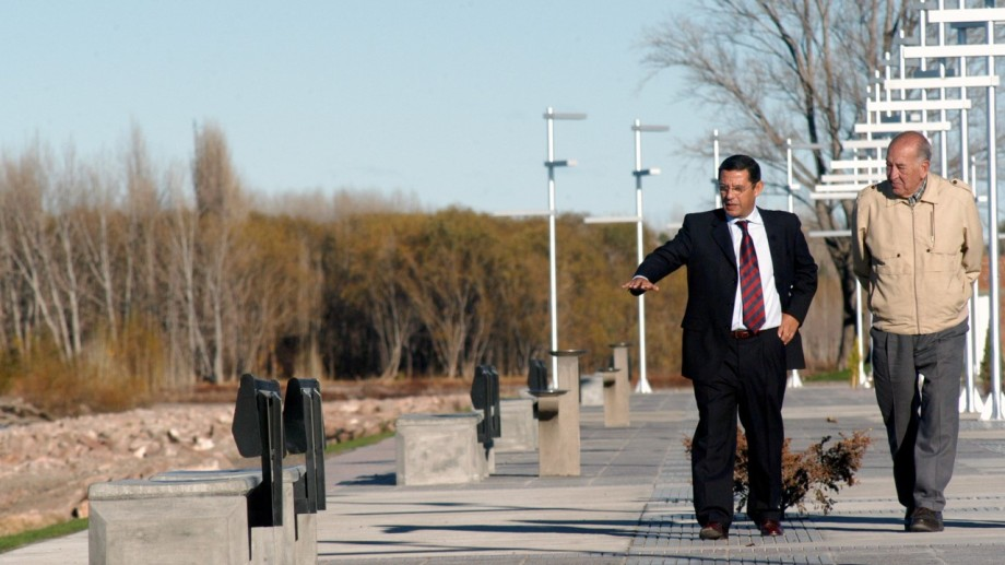 El exgobernador no conocía el Paseo de la Costa.  A pocos días de inaugurarse la rambla, Quiroga lo llevó en su auto.